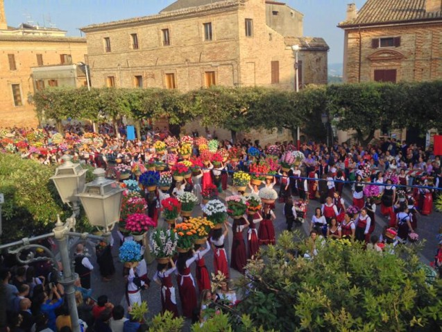 Bucchianico piazza becomes a flower labyrinth