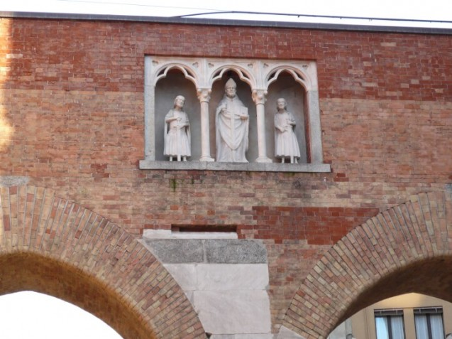 Statues of St. Ambrogio, Gervasio and Protasio, Milan-sm